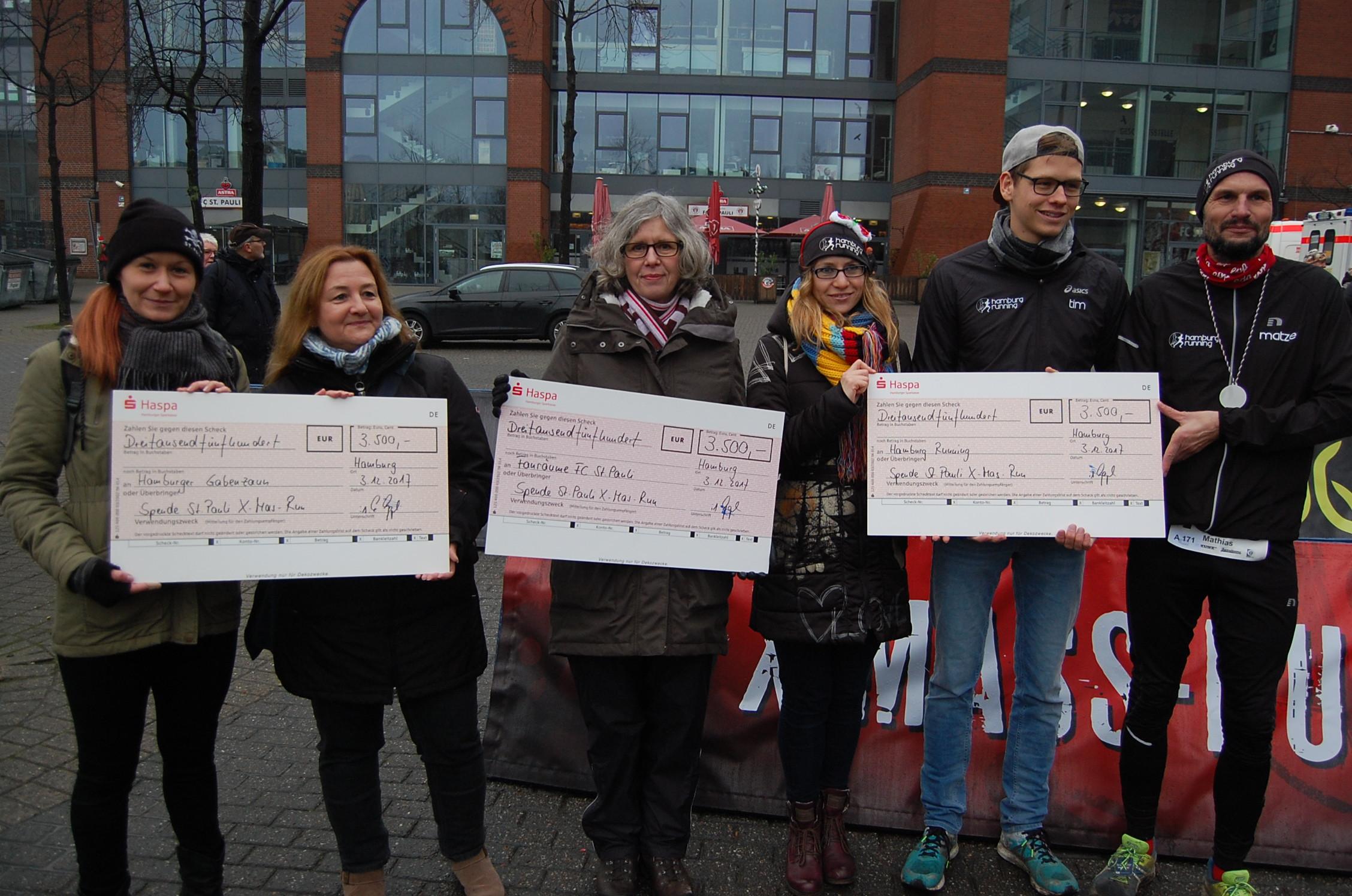 7. X-Mass-Run St. Pauli: Ãœbergabe der Spendenschecks