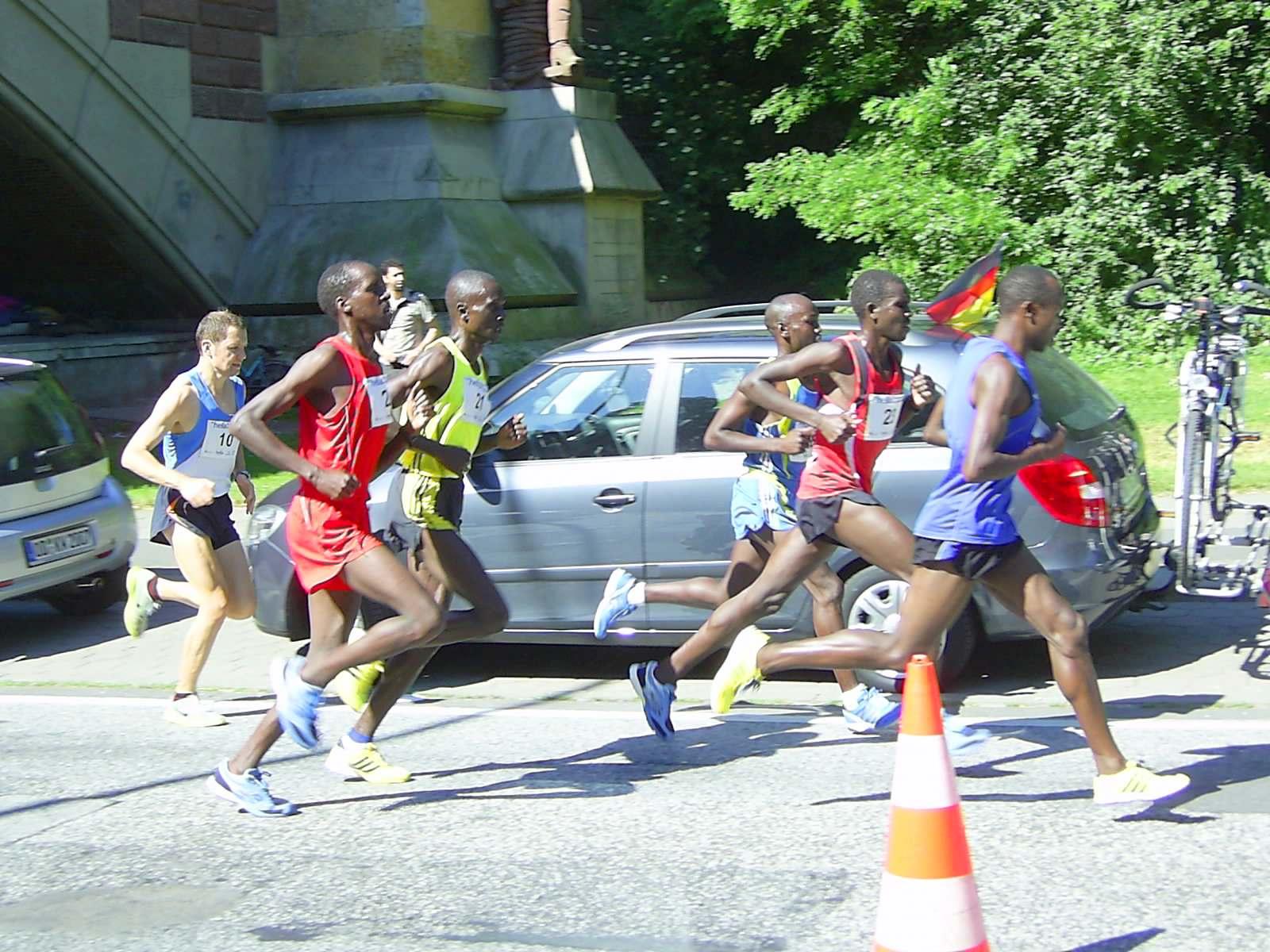 16. hella Halbmarathon 2010: Die sechsköpfige Spitzengruppe stürmt die Helgoländer Allee hoch