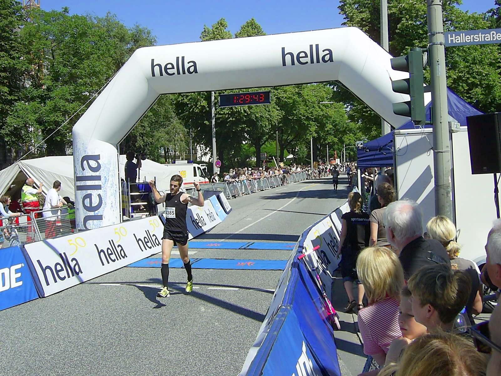 16. hella Halbmarathon 2010: Zieleinlauf Dennis SCHMIDT, 114.