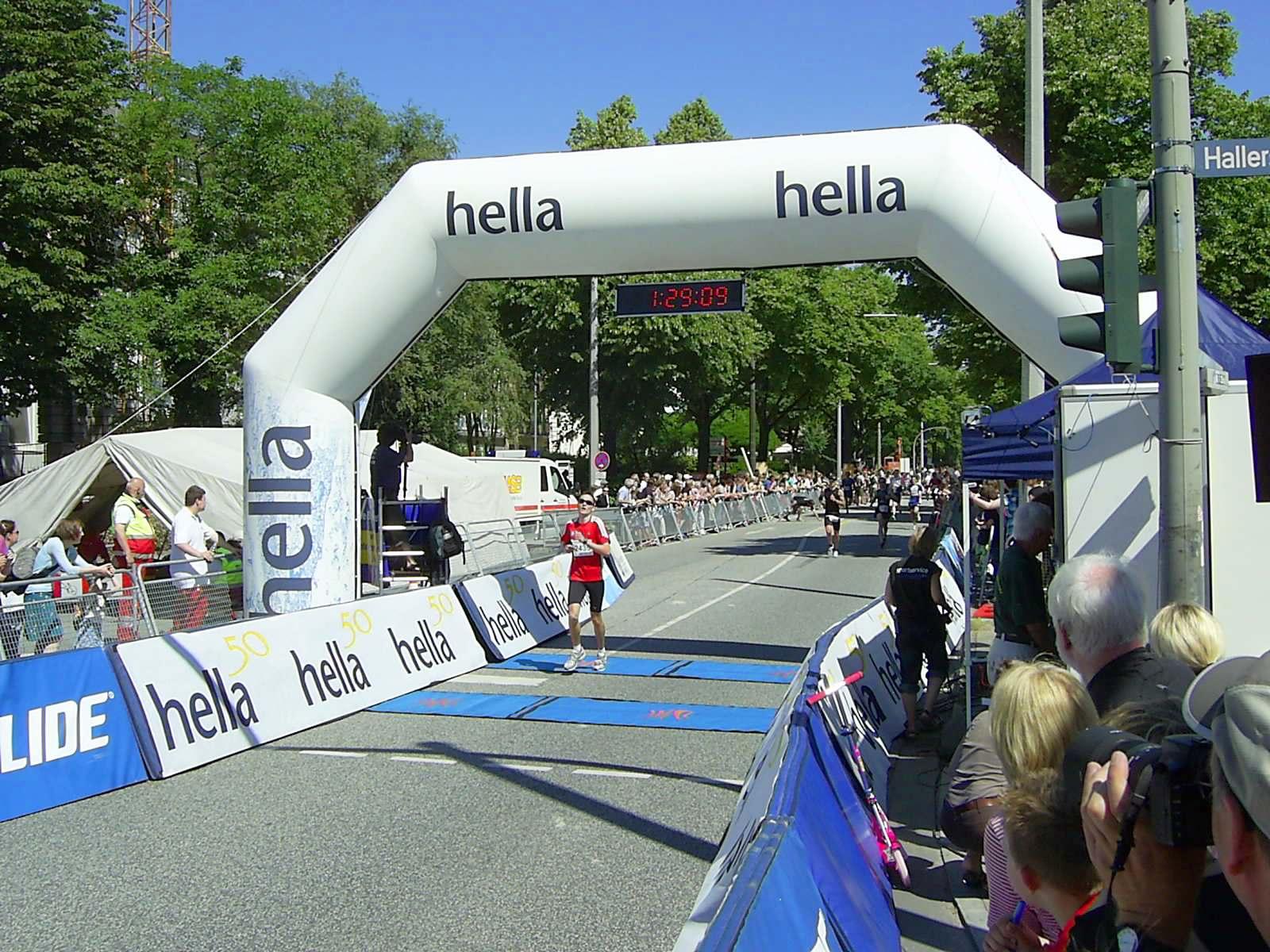 16. hella Halbmarathon 2010: Zieleinlauf Simon HILL, 99.