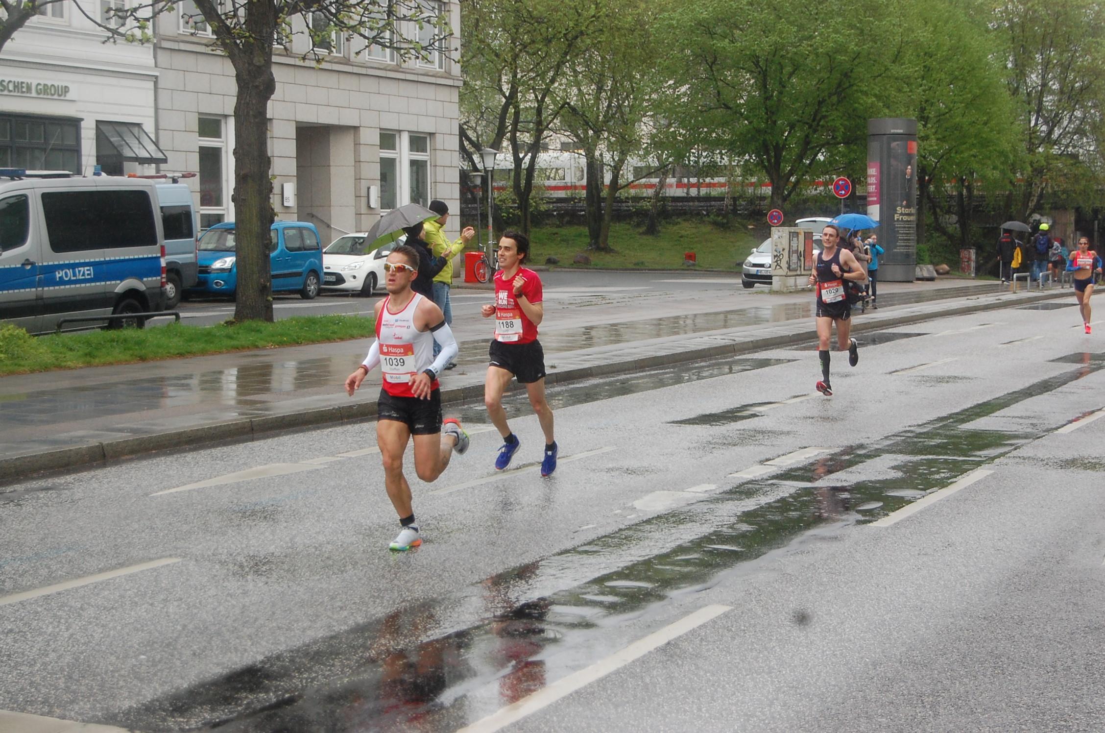 34. Haspa Marathon Hamburg: Hotel Atlantic / km 17 - führender Hamburger bis vor der führenden Deutschen