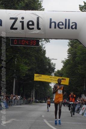 hella Halbmarathon 2007: Gesamtsieger Elijah Keitany (KEN) im Ziel. Foto: Gerd Bollig, gerd.bollig@Laufen-in-Hamburg.de